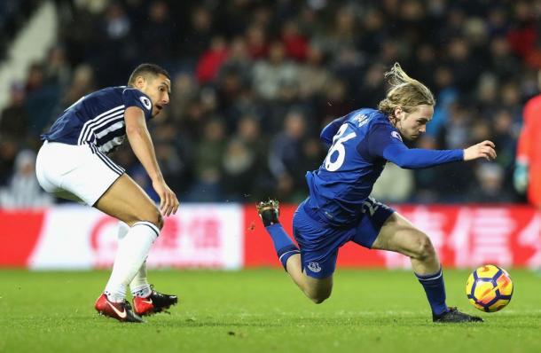 Davies durante un lance del partido.   Imagen: @Everton