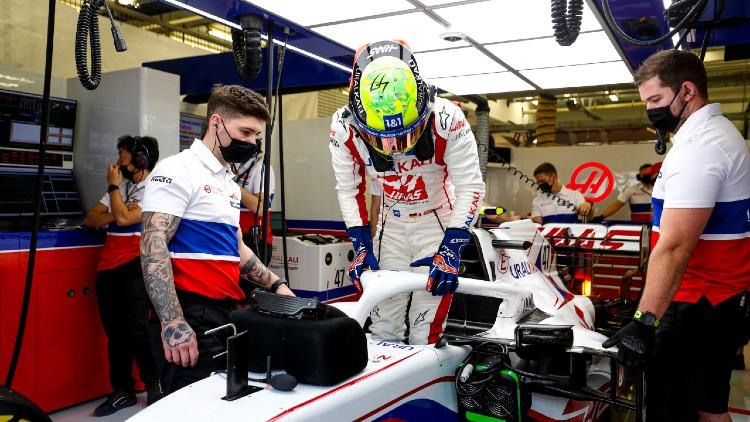 Mick Schumacher subiendo al Haas VF21. Foto: Formula 1