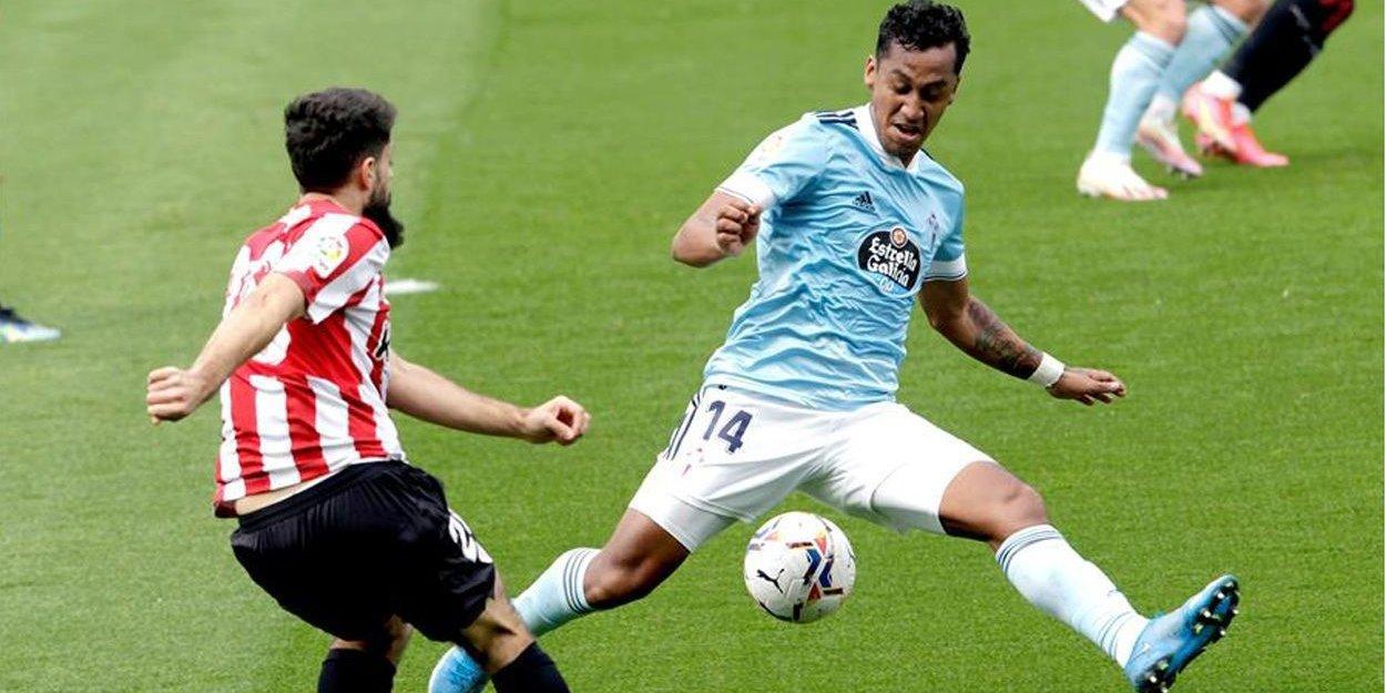 Tapia pugnando un balón con Villalibre. | Foto: La Liga.