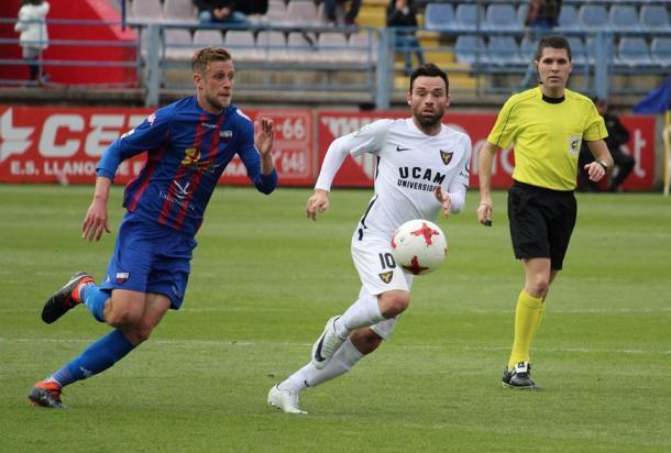 Álex Barrera y Urko Arroyo pugnando por el esférico. Fuente: UCAM Murcia CF.