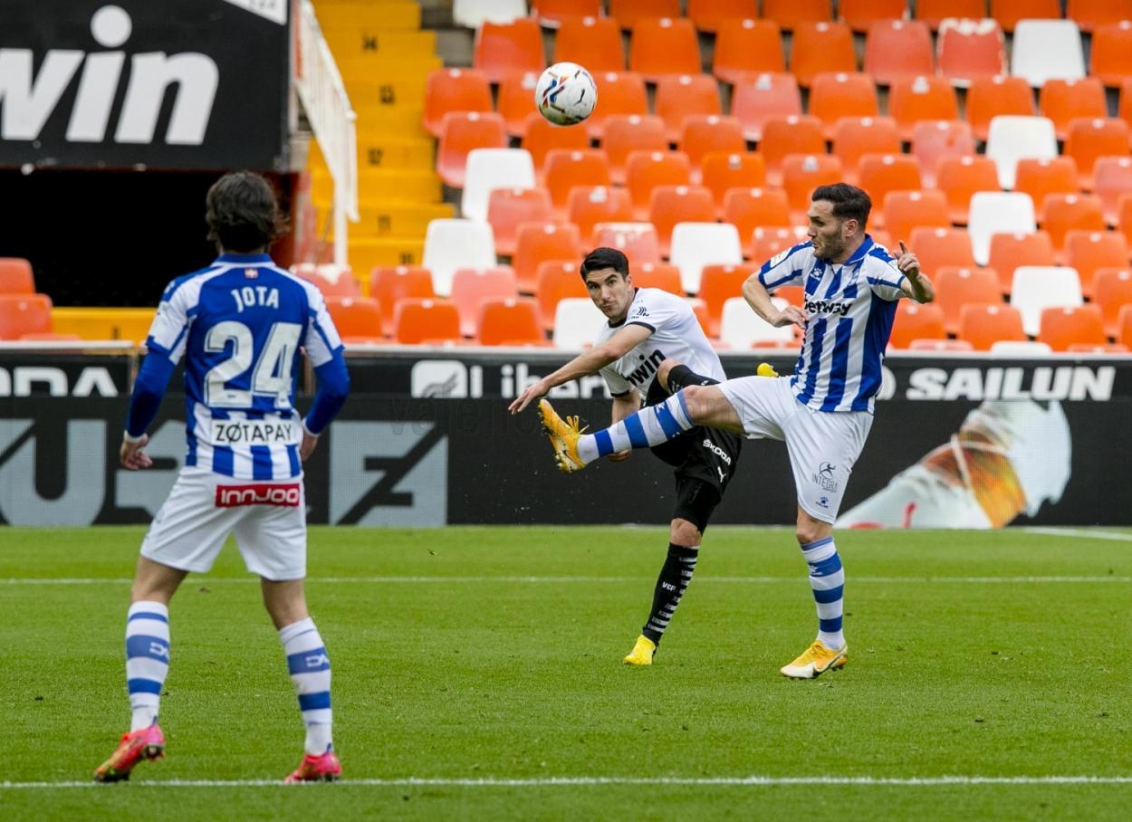 Carlos Soler mandando un balón   Foto: Valencia CF