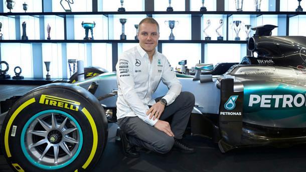 Bottas en su fichaje por Mercedes. (Fuente: https://www.elespanol.com/deportes/motor/f1/20170206/191731154_0.html)