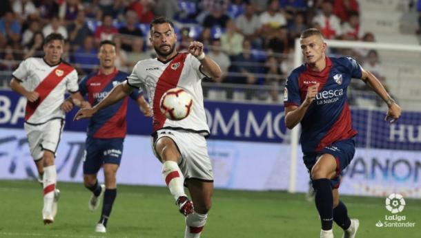 Jordi Amat tratando de mantener el esférico | Fotografía: La Liga