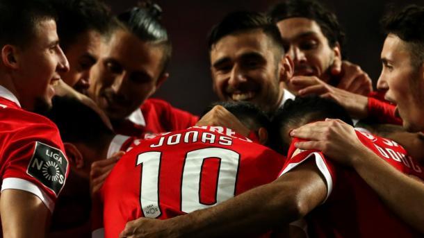 El equipo felicita a Jonas   Foto: SL Benfica