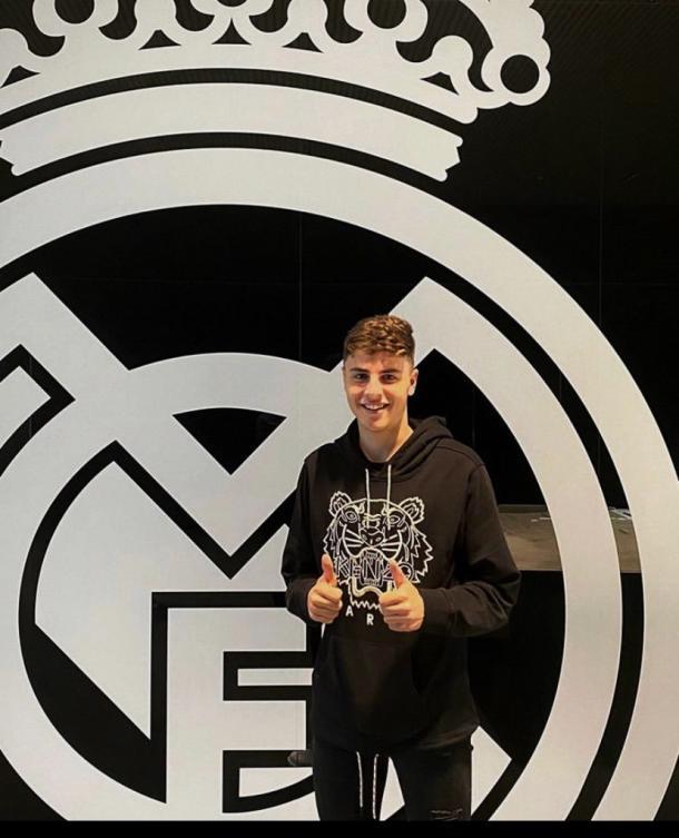 Iván Morante posa con el escudo de su nuevo equipo, el Real Madrid | Foto: @ivan_morante