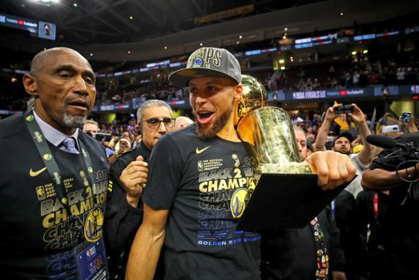 Curry celebra con el trofeo de la NBA en la mano / Foto: Nbcnews.com