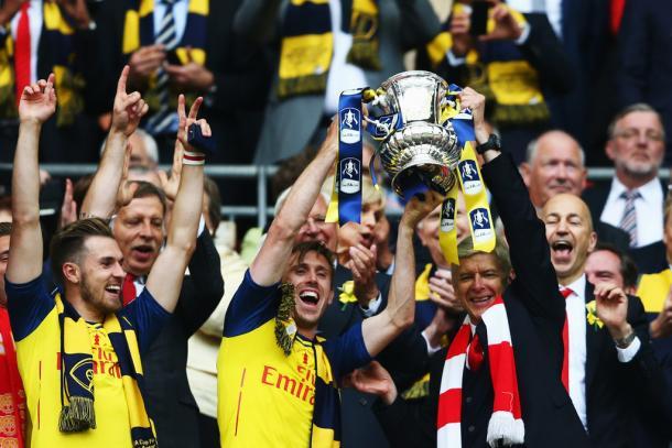 Wenger con la FA Cup de 2015. Foto: Getty Images.