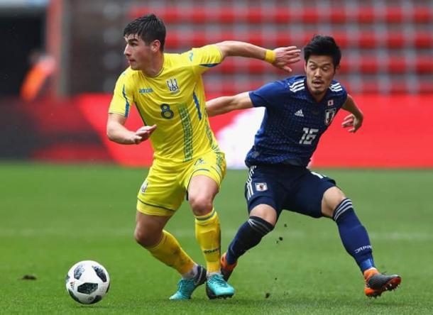 Shoya Nakajima disputando el balón con Ruslan Malinovskiy   Foto: FIFA