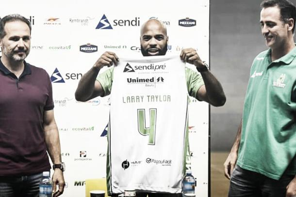 Crédito: Divulgação Facebook Bauru/ Larry Taylor de volta ao Bauru com a lendária camisa 4
