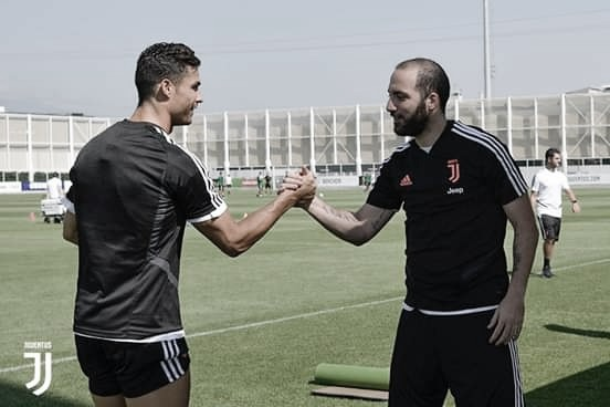 Saludo entre Cristiano Ronaldo y Gonzalo Higuaín. Foto: Cuenta oficla de la Juventus