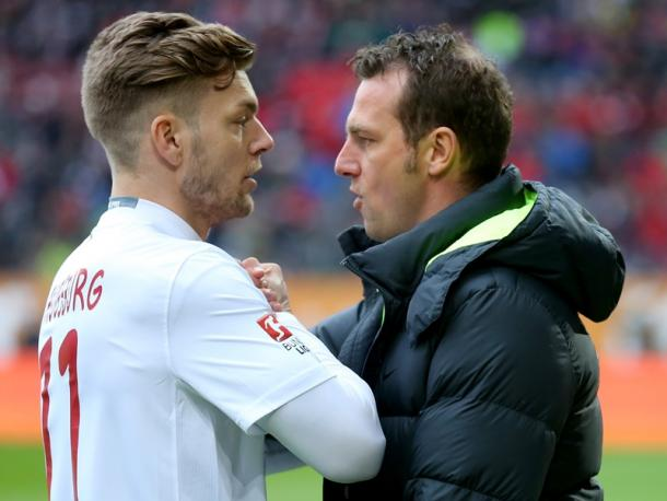 Esswein and Weinzierl discuss how things are going. | Image source: kicker