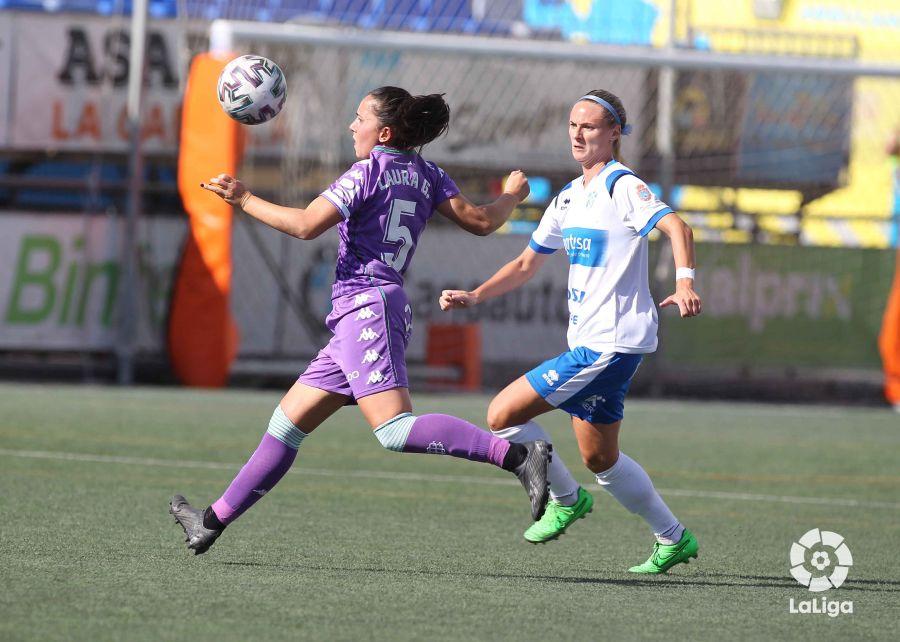 Laura González intenta controlar el balón ante una rival. Fuente: LaLiga