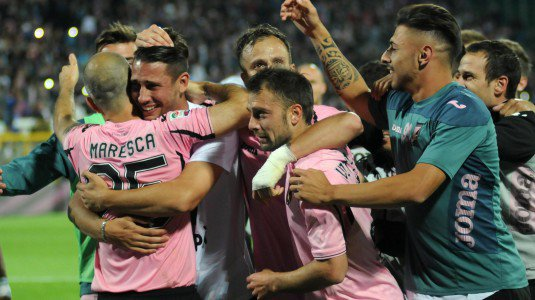 Palermo players celebrate survival | photo palermo.gds.it