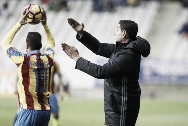 Fernando Hierro, haciendo indicaciones a sus jugadores | Foto: Real Oviedo