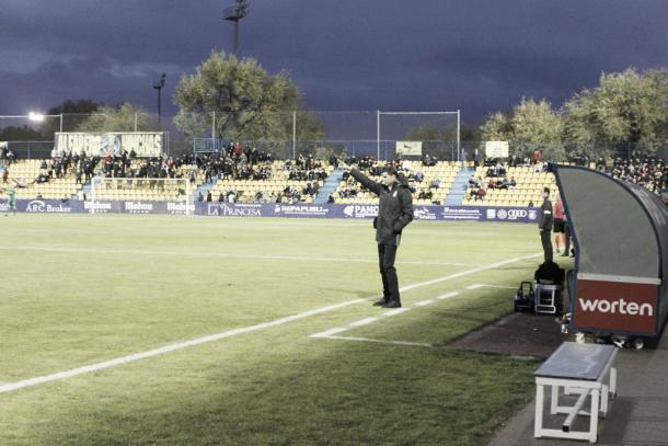 Fernando Hierro haciendo una indicación a sus jugadores | Foto: Manu Gutiérrez (VAVEL)