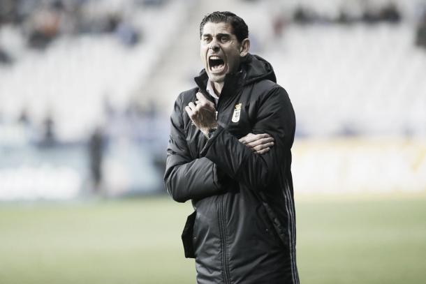 Fernando Hierro, gritando, durante el partido frente al Girona   Foto: Real Oviedo