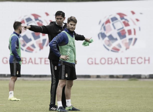 Fernando Hierro realiza indicaciones a los jugadores durante un entrenamiento   Foto: Real Oviedo