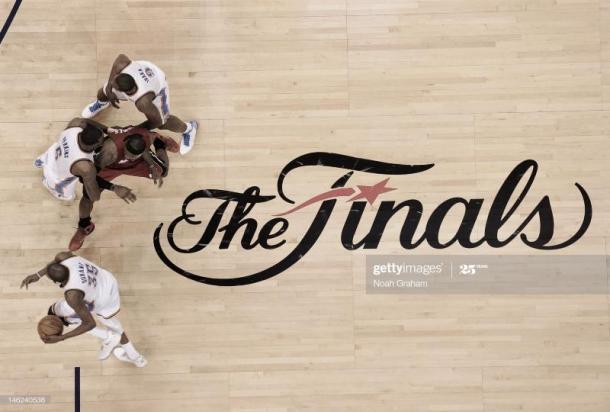 Kevin Durant aprovecha un bloqueo de Perkins que LeBron James intenta evitar, en las Finales de la temporada 2011-2012   Foto: Noah Graham, GettyImages