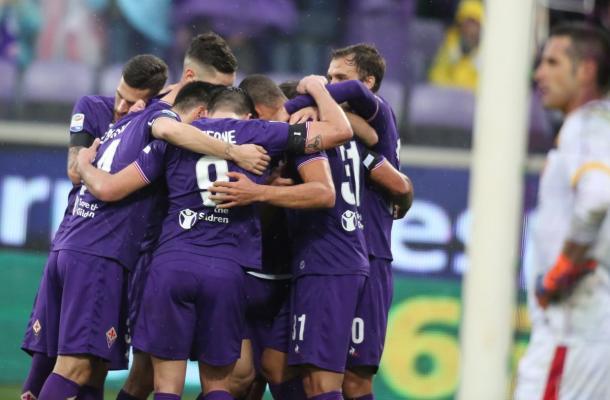 Jogadores se abraçaram após o gol da Viola (Foto: Divulgação/ACF Fiorentina)