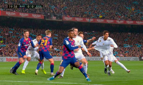 Momento en el que Rakitic agarra a Varane / Foto: Real Madrid