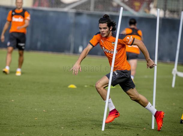 Fran Pérez se ejercita con el primer equipo en Paterna | Fuente: Valencia CF