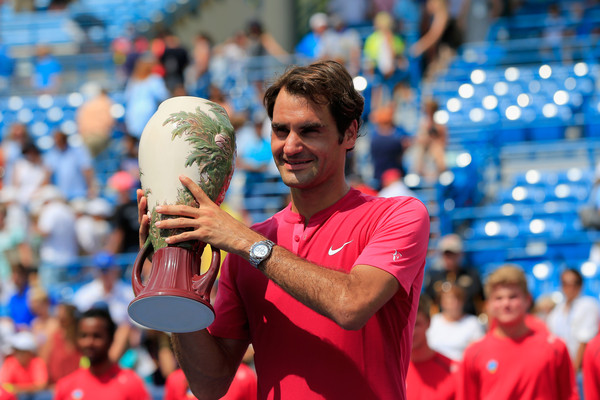Federer hoists the trophy in Cincinnati back in 2015, his last appearance at the event. Photo: Rob Carr/Getty Images