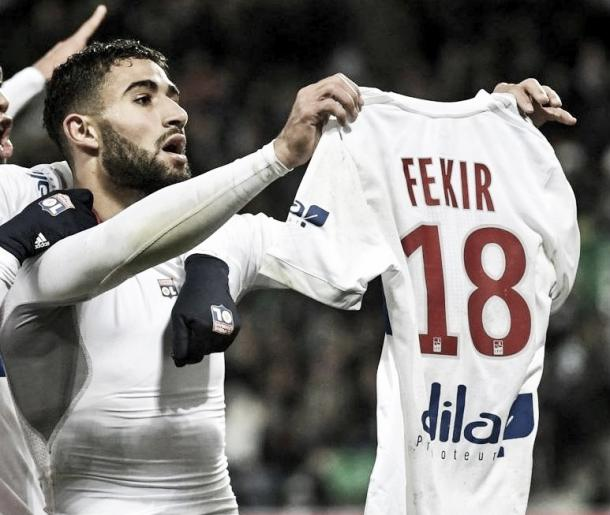 Fekir le muestra su camiseta a los aficionados locales. Foto. twitter.com/OL