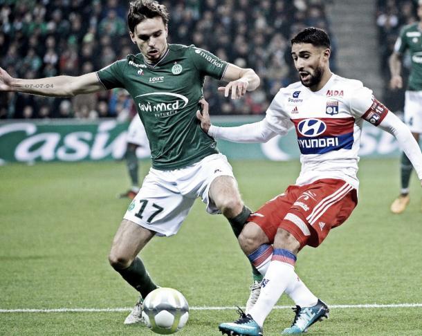 Fekir domina la pelota ante la marca de Selnaes. Foto: twitter.com/OL