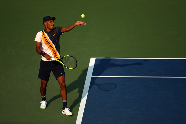 Félix Auger-Aliassime prepares to serve during his first-round match against Denis Shapovalov at the 2018 U.S. Open. | Photo: Julian Finney/Getty Images