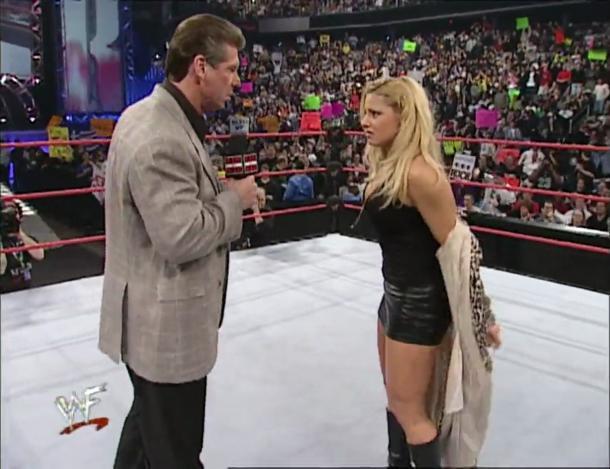 Momento en el que Vince McMahon obliga a Trish Stratus a que se desnude y ladre como un perro   Fuente: WWE