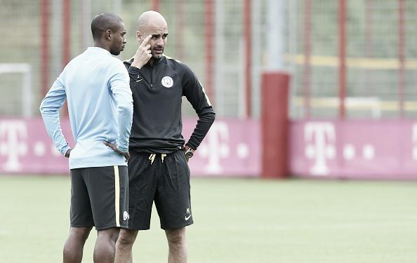 Fernandinho e Guardiola conversam durante treino do Manchester City (Foto: Christof Stache/APF)