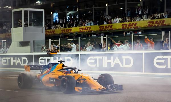 Fernando Alonso realiza donuts tras terminar la carrera | Fuente: Getty Images