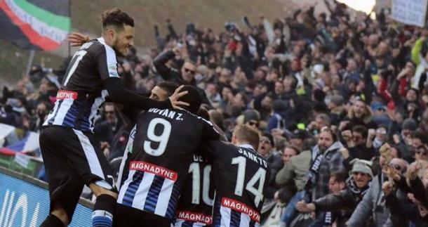 La squadra esulta dopo un gol. Fonte: https://www.facebook.com/UdineseCalcio1896/