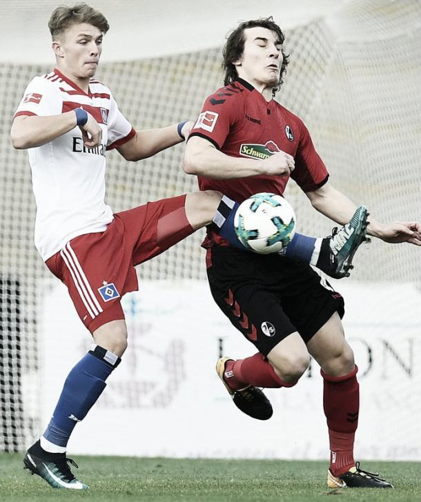 Arp disputa la pelota con Söyüncü del Friburgo | Fuente: @HSV