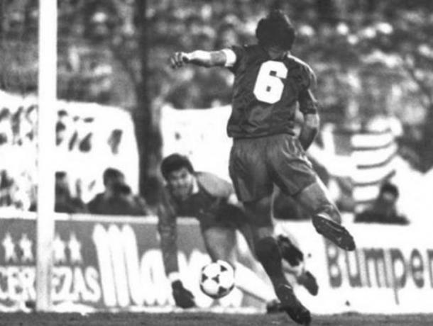 Alexanko ante Arconada momentos antes de marcar el gol que decantó a favor de los blaugranas la última final que ha disputado la Real Sociedad hasta el momento. Era la Final de Copa del Rey de la 1987-1988. Fotografía: Web www.actualidadfutbol.com