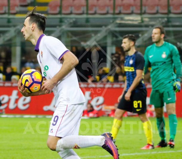 Kalinić recoge el balón después de recortar distancias | ACF Fiorentina