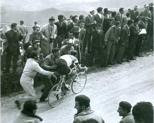 Magni, ayudado por los aficionados | Fuente: bikeraceinfo.com