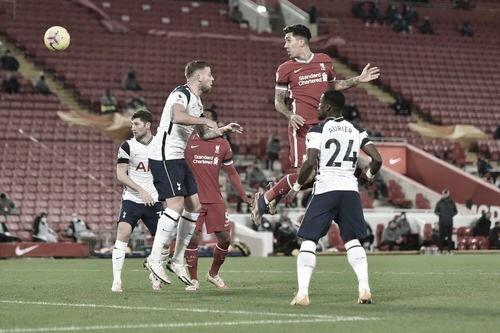 Cabezazo de Firmino para dejar al Liverpool líder. Foto: Premier League.