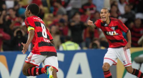 De Paulinho para Elias e um gol para a história (Foto: Fim de Jogo)