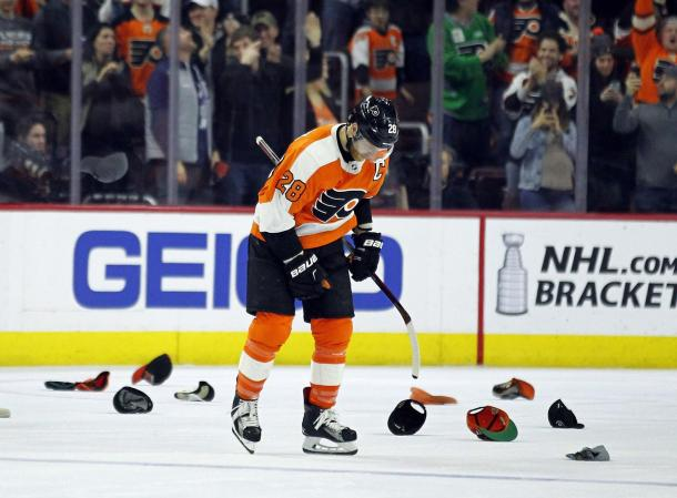 The Philadelphia Flyers' captain Claude Giroux collect a hat-trick. Photo/Tom Mihalek) (Tom Mihalek / AP)