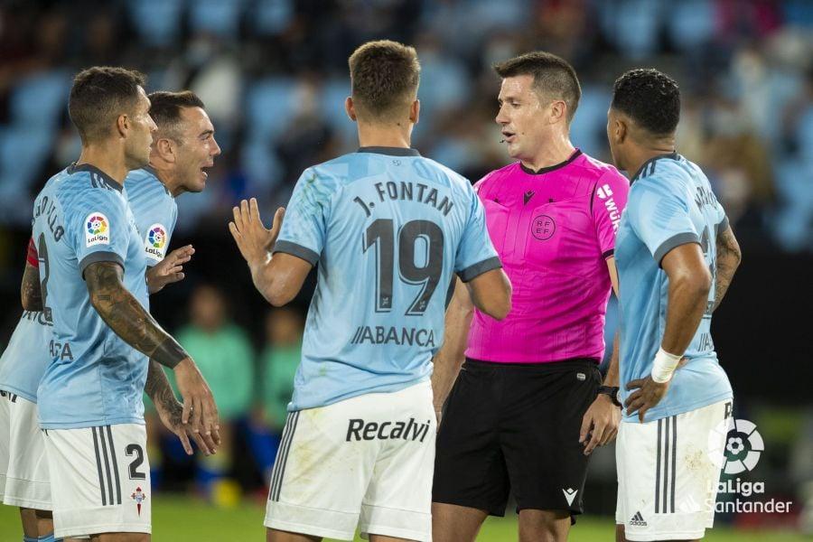 Los jugadores del Celta protestan el penalti pitado en contra   Imagen: LaLiga