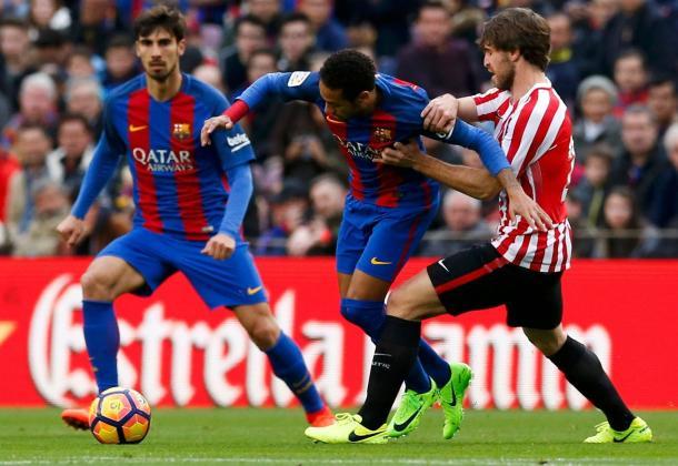 Neymar difende la sfera.