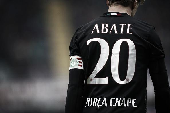 Força Chape: Milan também realizou homenagens à Chapecoense (Foto: Marco Bertorello/AFP)