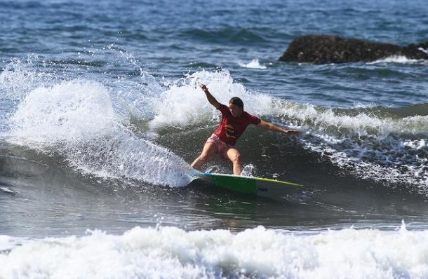 Jacqueline Siva competindo no Brasileiro de Surf profissional em 2015 em Ubatuba. Foto: Aleko Stergiou