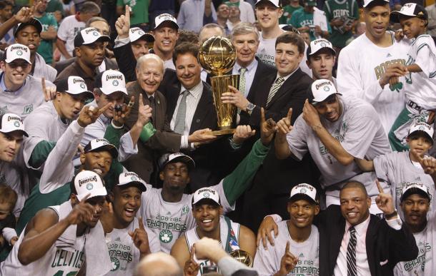 Plantilla al completo de los Celtics, celebrando el título en 2008.   Fotografía: Boston Globe