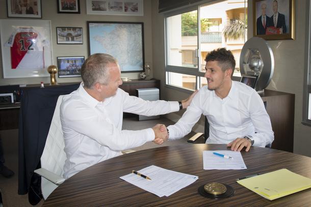 Jovatic junto al director deportivo del Mónaco luego de firmar su contrato. Foto: Sitio oficial del AS Mónaco.