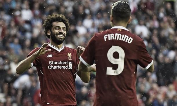 Salah saluda a su asistidor, Firmino | Foto: @LFC