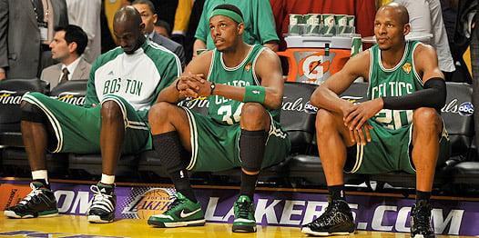 Kevin Garnett, Paul Pierce (34) y Ray Allen (20), frustrados durante las Finales de 2010 frente a los Lakers.   Fotografía: NBA.com