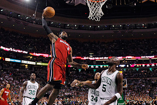 LeBron James (6), en el legendario sexto partido de 2012, anotando sobre Paul Pierce (34) y Kevin Garnett (5). | Fotografía: AP Photo / Charles Krupa