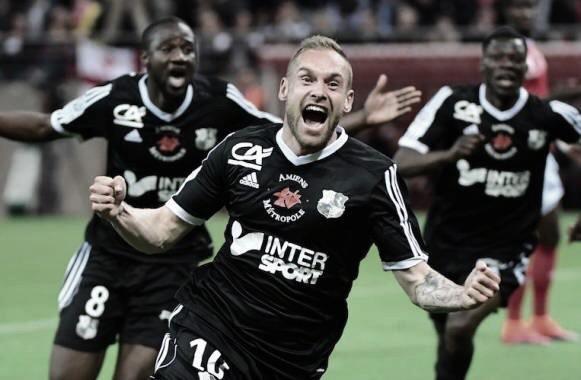 Emmanuel Bourgaud festeja el gol que le permitió al Amiens jugar en la Ligue 1. Foto: twitter.com/AmiensSC